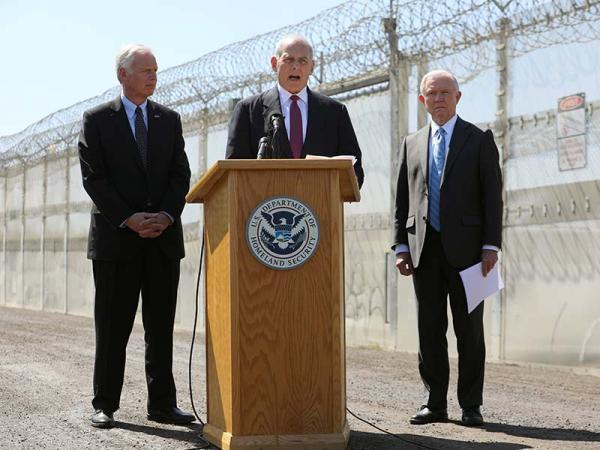 Visitan Sessions y Kelly frontera de EU con México