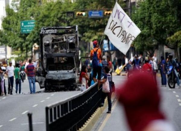 Oposición llama a paro cívico de 24 horas contra Maduro
