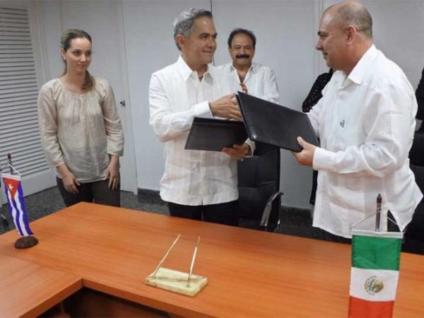 Mancera firma en Cuba convenio para El Médico en Tu Casa